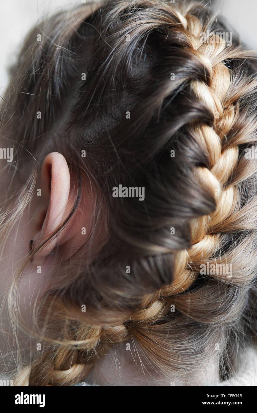 Drachen Auf Den Kopf Des Mädchens Geflochtene Zöpfe Stockfoto
