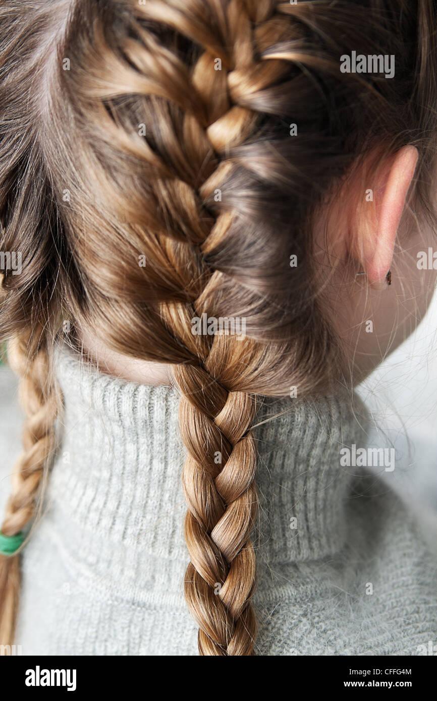 Zwei Zöpfe Drachen Auf Den Kopf Des Mädchens Geflochten