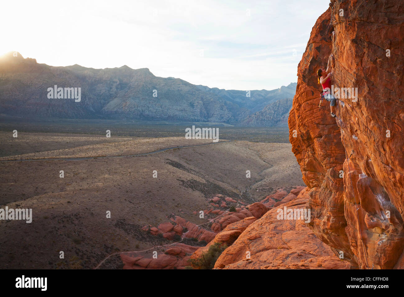 Ein Kletterer in Calico Hills, Red Rock Canyon National Conservation Area, Nevada, USA. Stockfoto