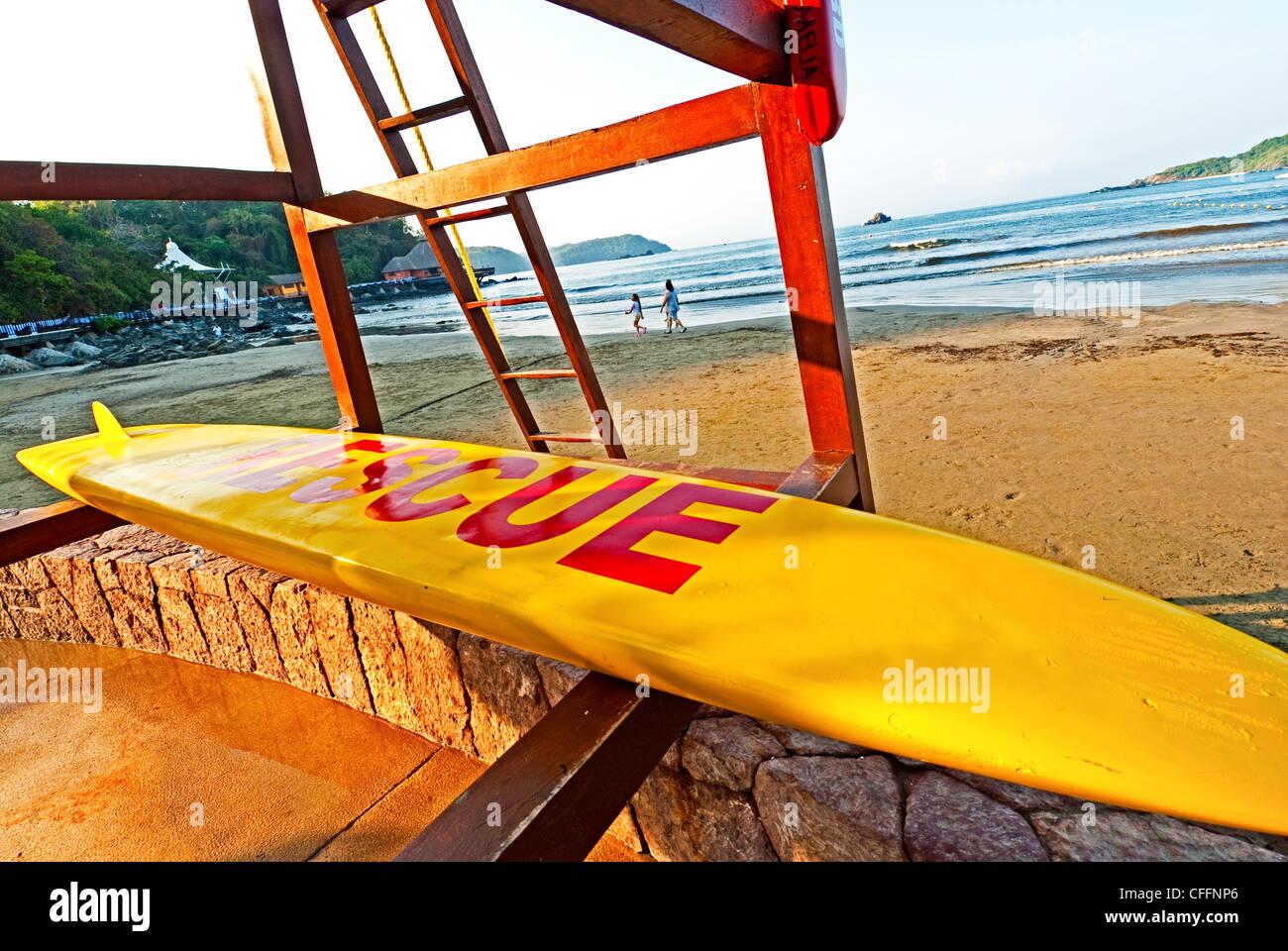 Azul Ixtapa Hotel Meliá Rettungsschwimmer stehen und Surfbrett am Strand in Ixtapa/Zihuatanejo, Mexiko zu retten Stockbild