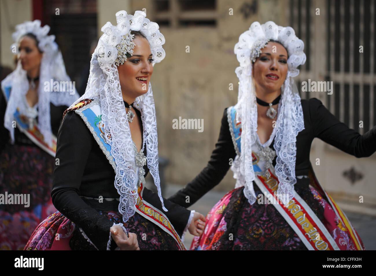 spanische frauen tragen traditionelle kleidung während der