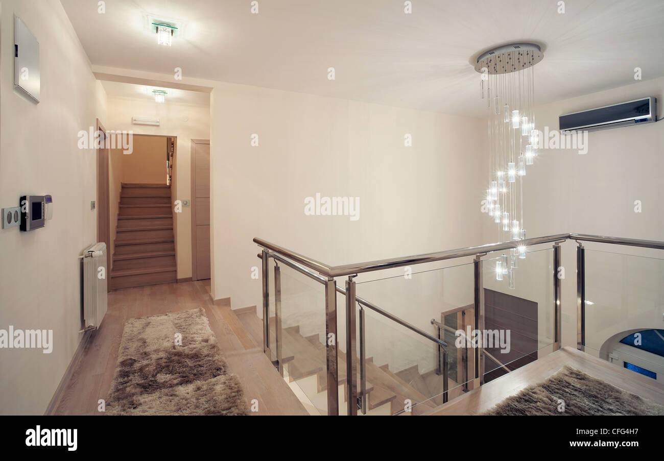 Innen ein großes Haus, modernes Design, einfache und große Haus ...