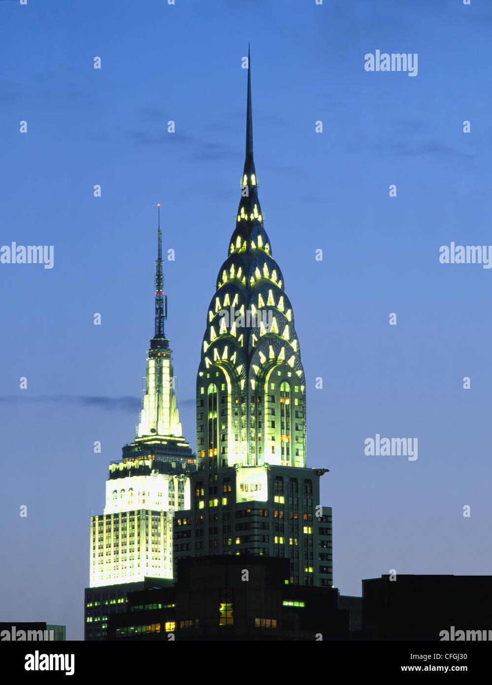 CHRYSLER UND EMPIRE STATE GEBÄUDE IN DER NACHT, NEW YORK, USA. Stockbild