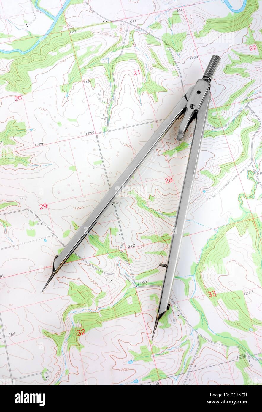 Ein Kartograph Teiler Messabstand auf einer topografischen Karte. (USGS topographischen Karte in der Public Domain). Stockbild