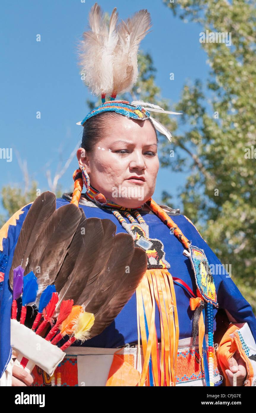 Frau im traditionellen Insignien, steinigen Nakoda First Nations, Bar U Ranch, Alberta, Kanada Stockfoto