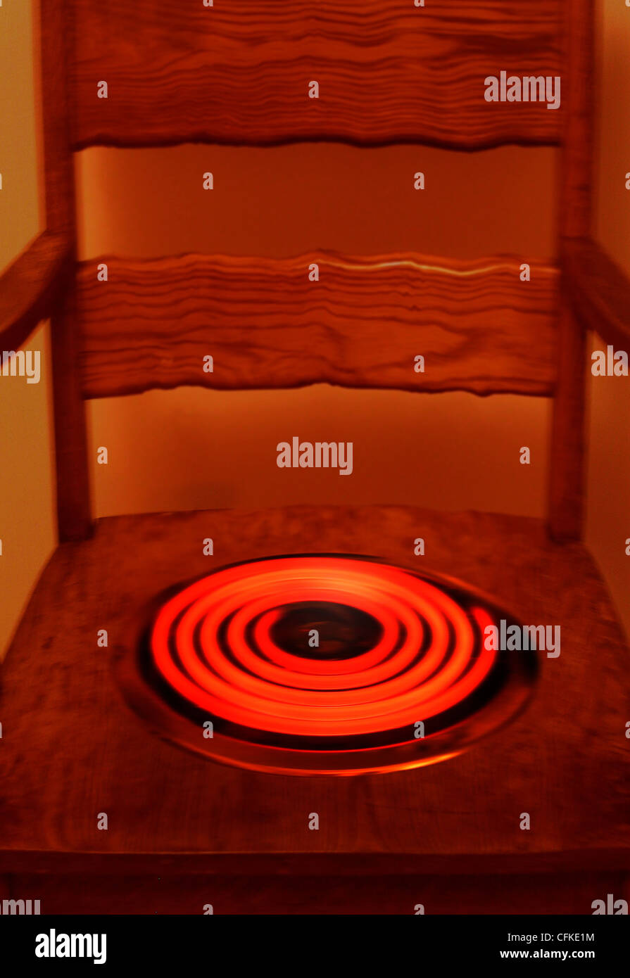 FV5293, große Fotografie; Holzstuhl mit roten heißen Element Stockbild