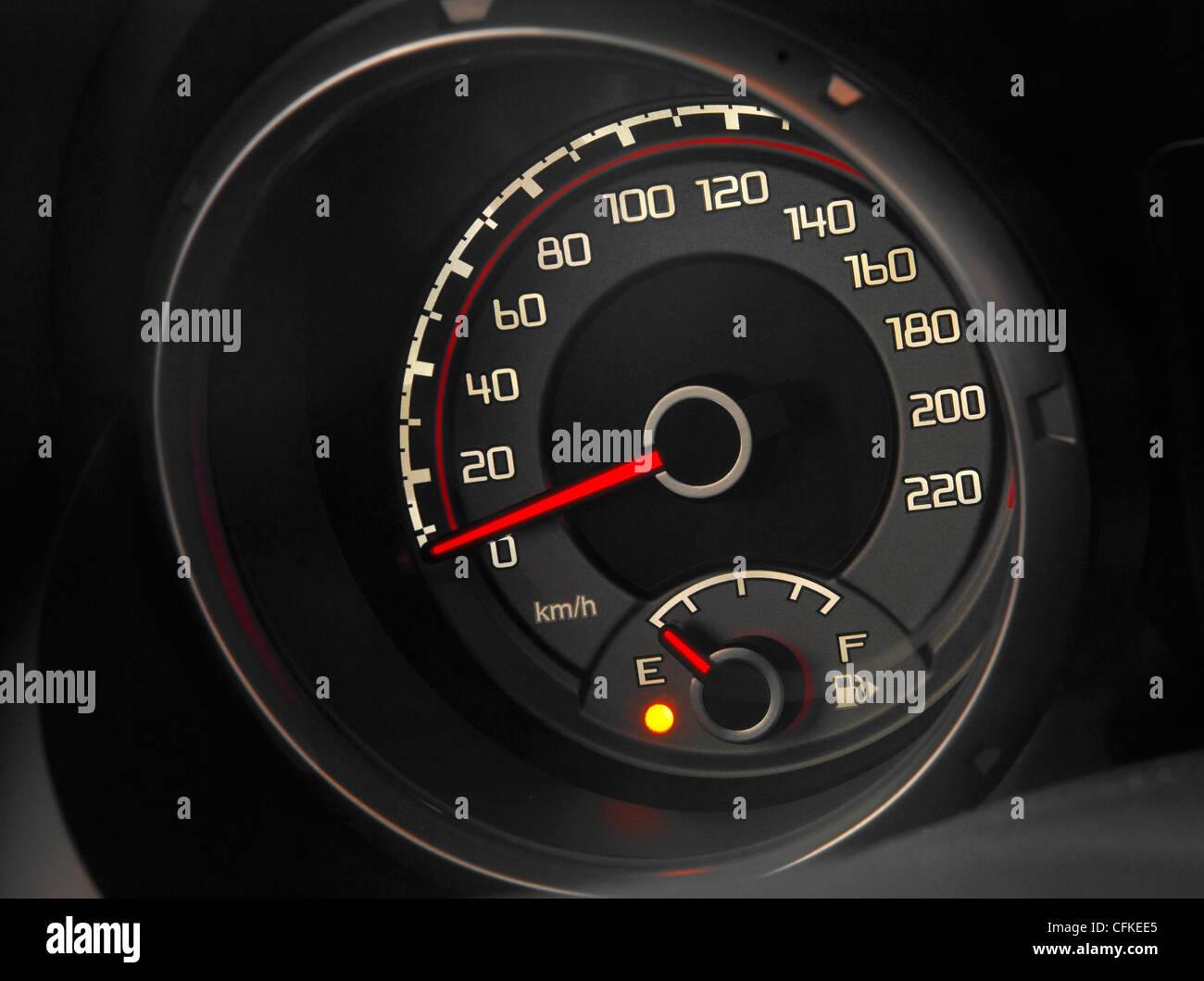 Armaturenbrett auto  Nahaufnahme von einem modernen Auto Armaturenbrett Tacho Stockfoto ...