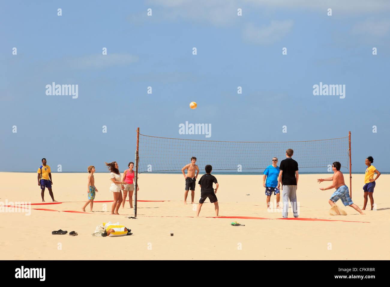 Gruppe von Jugendlichen spielen eine Partie Volleyball am Strand. Praia de Chaves, Insel Boa Vista, Kap Verde Inseln Stockbild