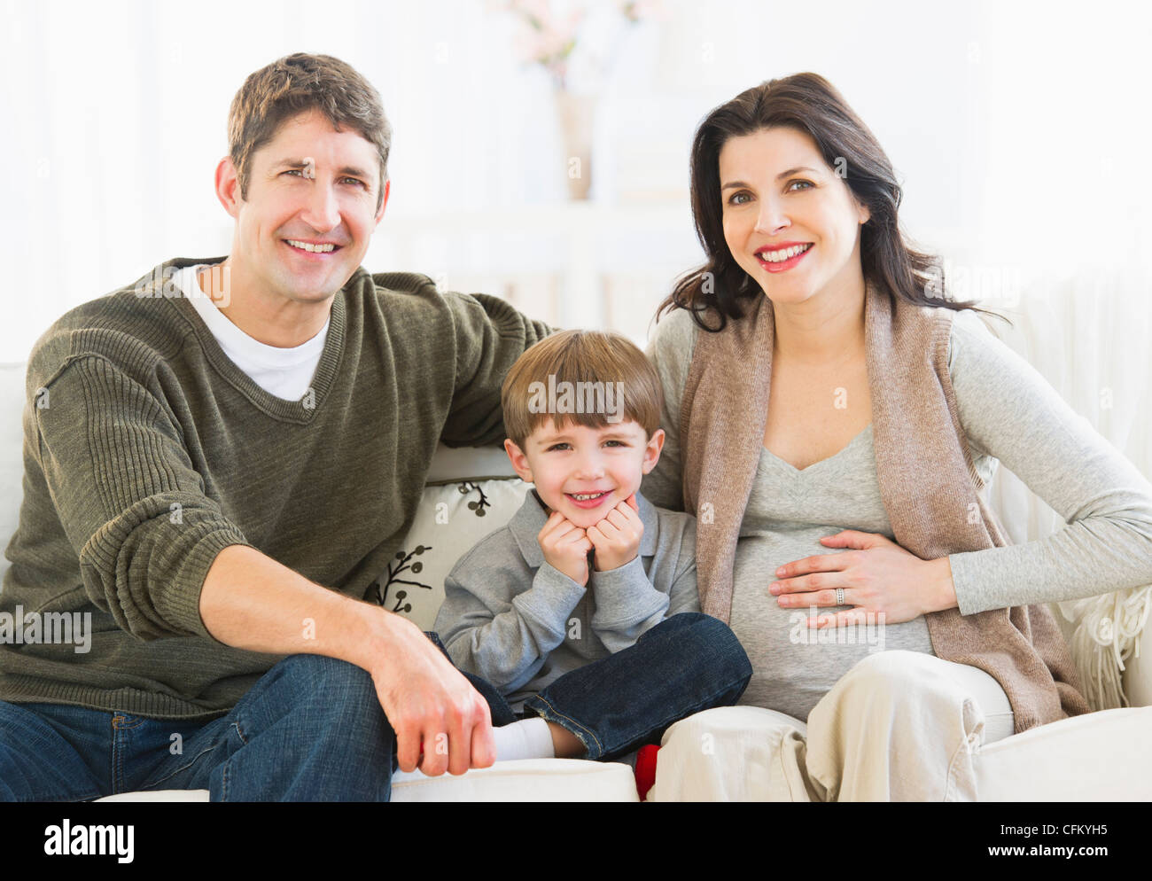 USA, New Jersey, Jersey City, Porträt von Eltern mit Sohn (4-5) auf sofa Stockfoto
