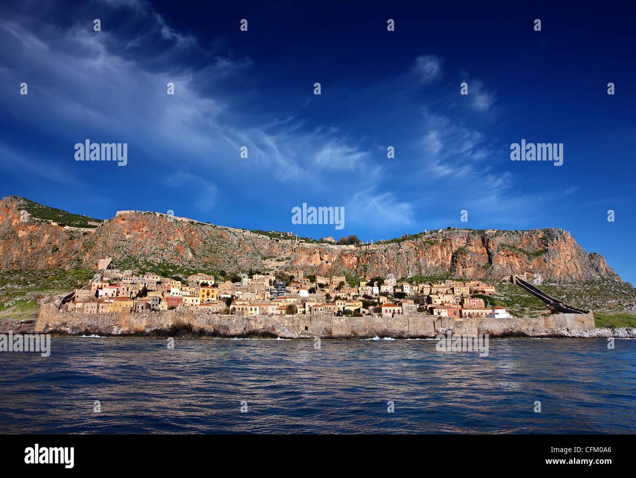 """Beeindruckende Aussicht auf das mittelalterliche """"Castletown"""" von Monemvasia vom Meer, während einer Stockbild"""