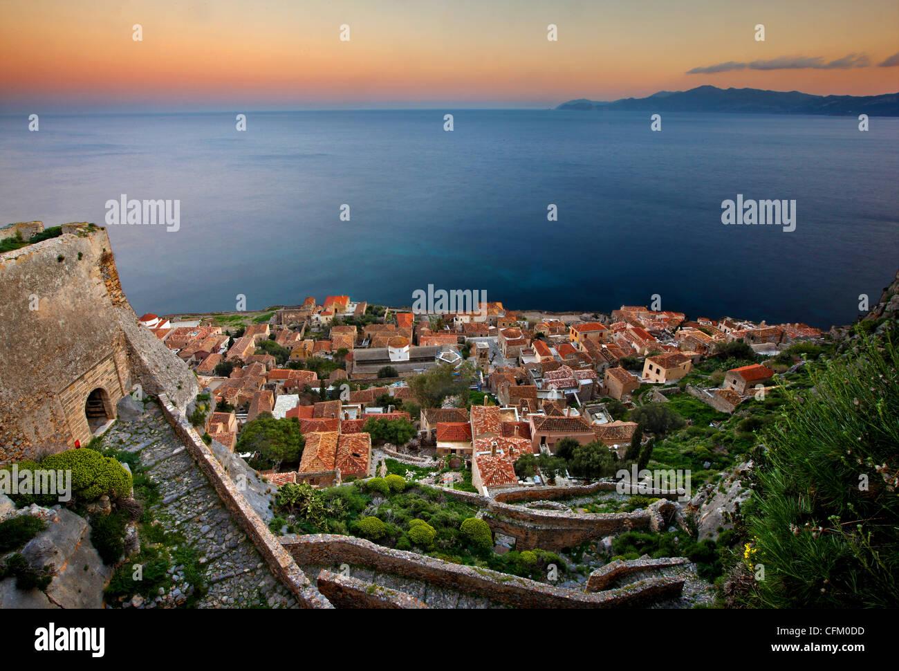"""Die mittelalterliche """"Castletown"""" Monemvasia (oder """"Malvasia"""") um Sonnenuntergang. Präfektur Stockbild"""