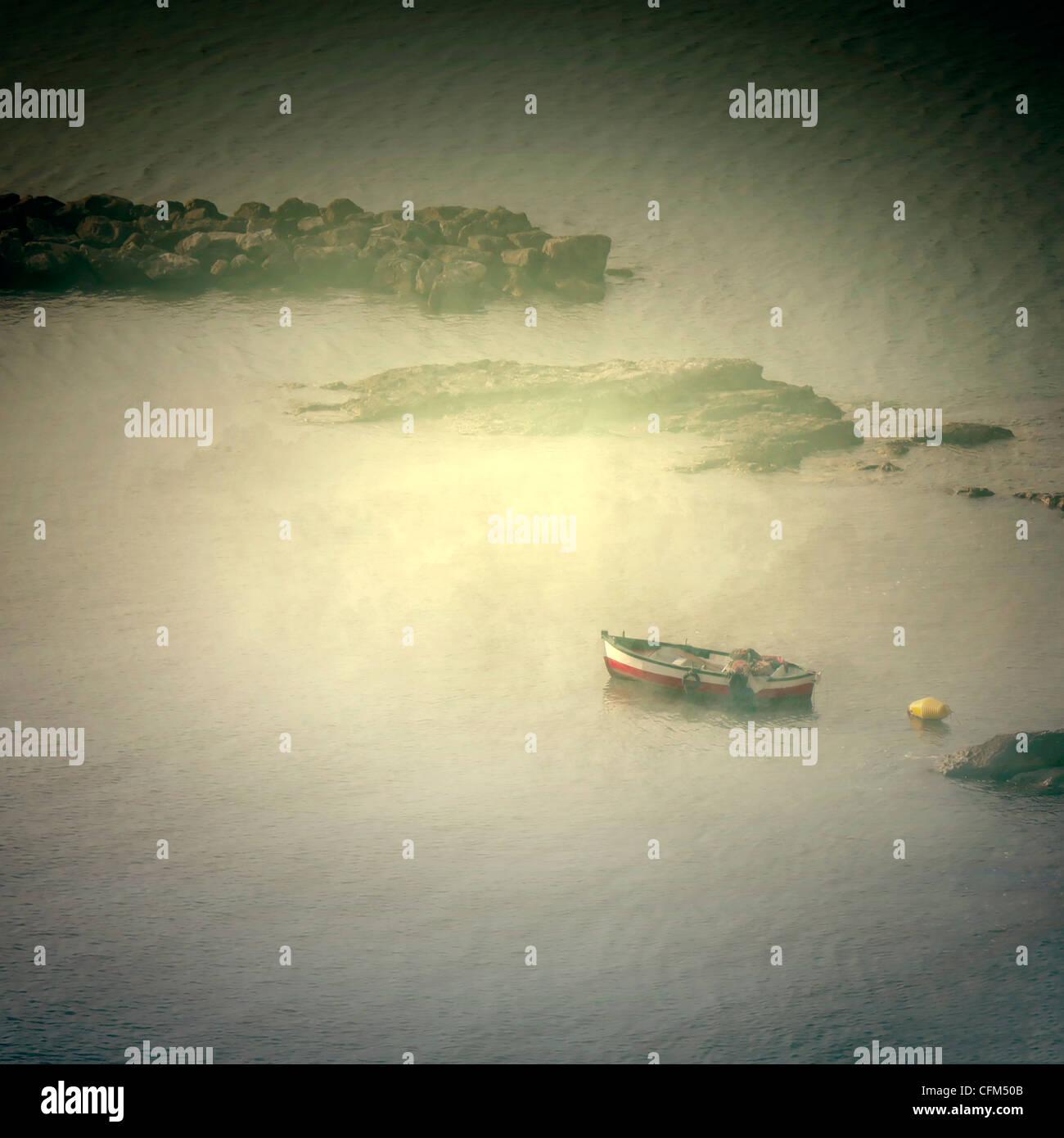 kleines Fischerboot in einer Bucht Stockbild