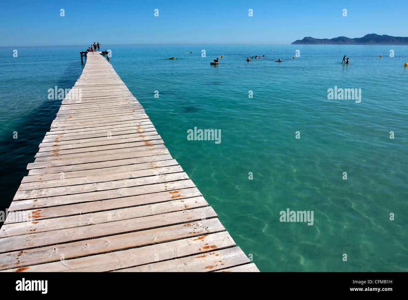 Pier am Platja d'Alcudia, Mallorca, Balearen, Spanien, Mittelmeer, Europa Stockfoto