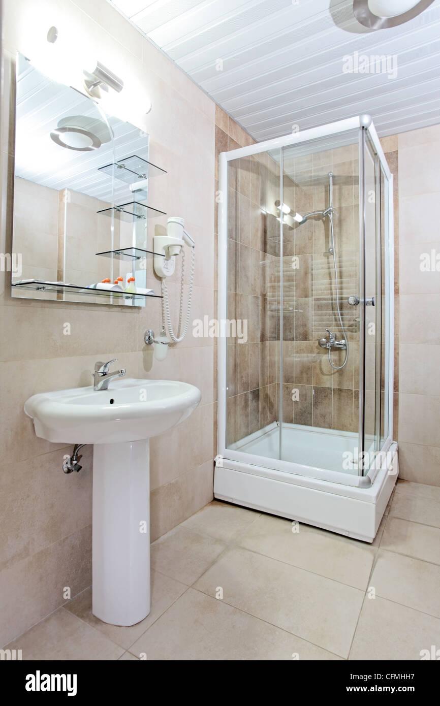 Keramik-Elemente in einem schönen Badezimmer Stockfoto, Bild ...
