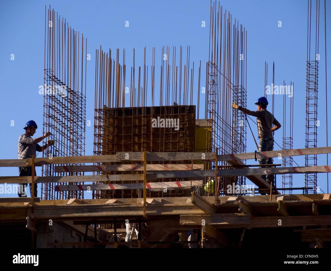 Bauarbeiter auf einer Baustelle Stockbild