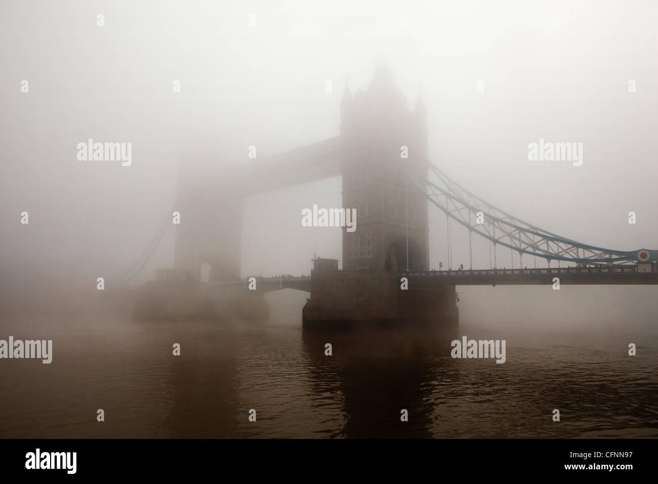 Ein Blick auf die Tower Bridge vollständig abgedeckt im Morgennebel Stockbild