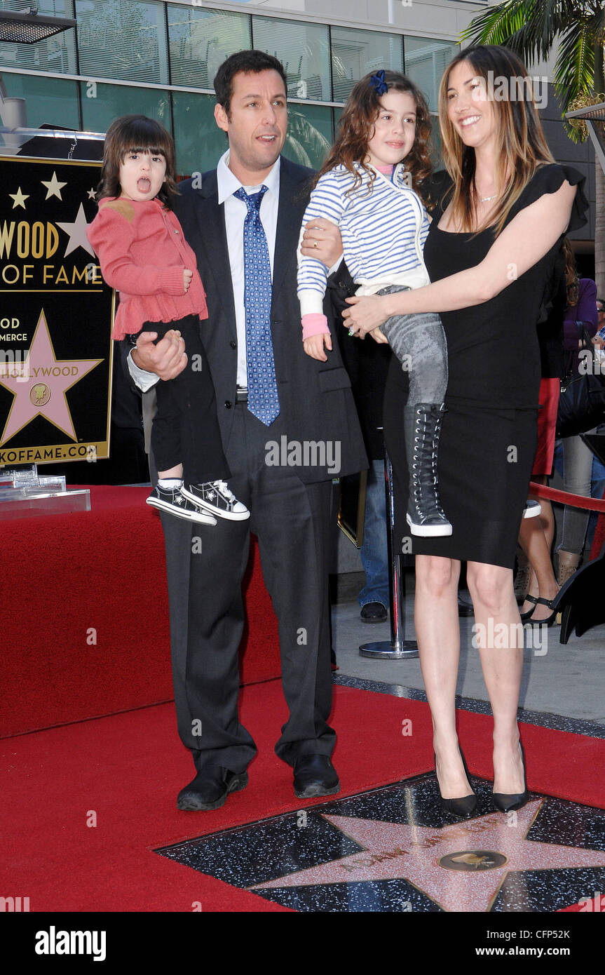 Adam Sandler Mit Seiner Frau Jackie Und Tochtern Sadie Und Sonnigen Adam Sandler Ist Auf Dem Hollywood Walk Of Fame Geehrt Und Erhalt Seinen Stern In Einer Besonderen Zeremonie In Hollywood Los
