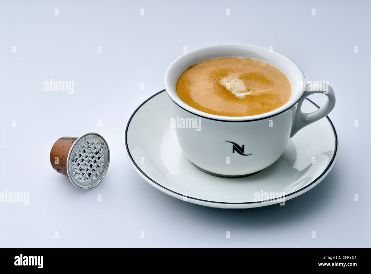 Nespresso Tasse frisch gemachten Espresso Lungo mit leere Kapsel Stockbild