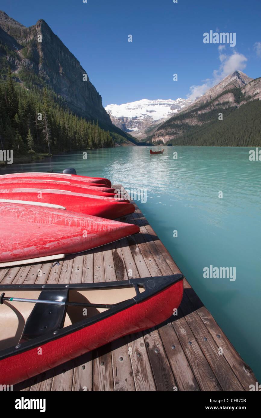 Kanus am Lake Louise, Banff Nationalpark, UNESCO-Weltkulturerbe, Alberta, Rocky Mountains, Kanada, Nordamerika Stockbild