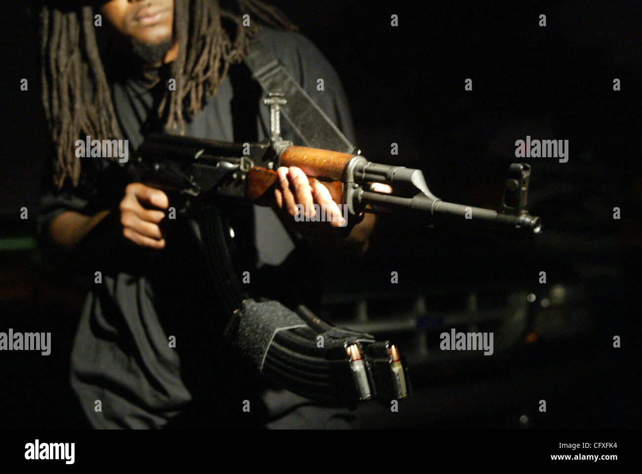 0036883A Personal Foto Von Vada Mossavat The Palm Beach Post Geschichte Durch LANTGUA WEST PALM BEACH In Einem Wohngebiet Ein Rapper Zeigt Seine AK 47