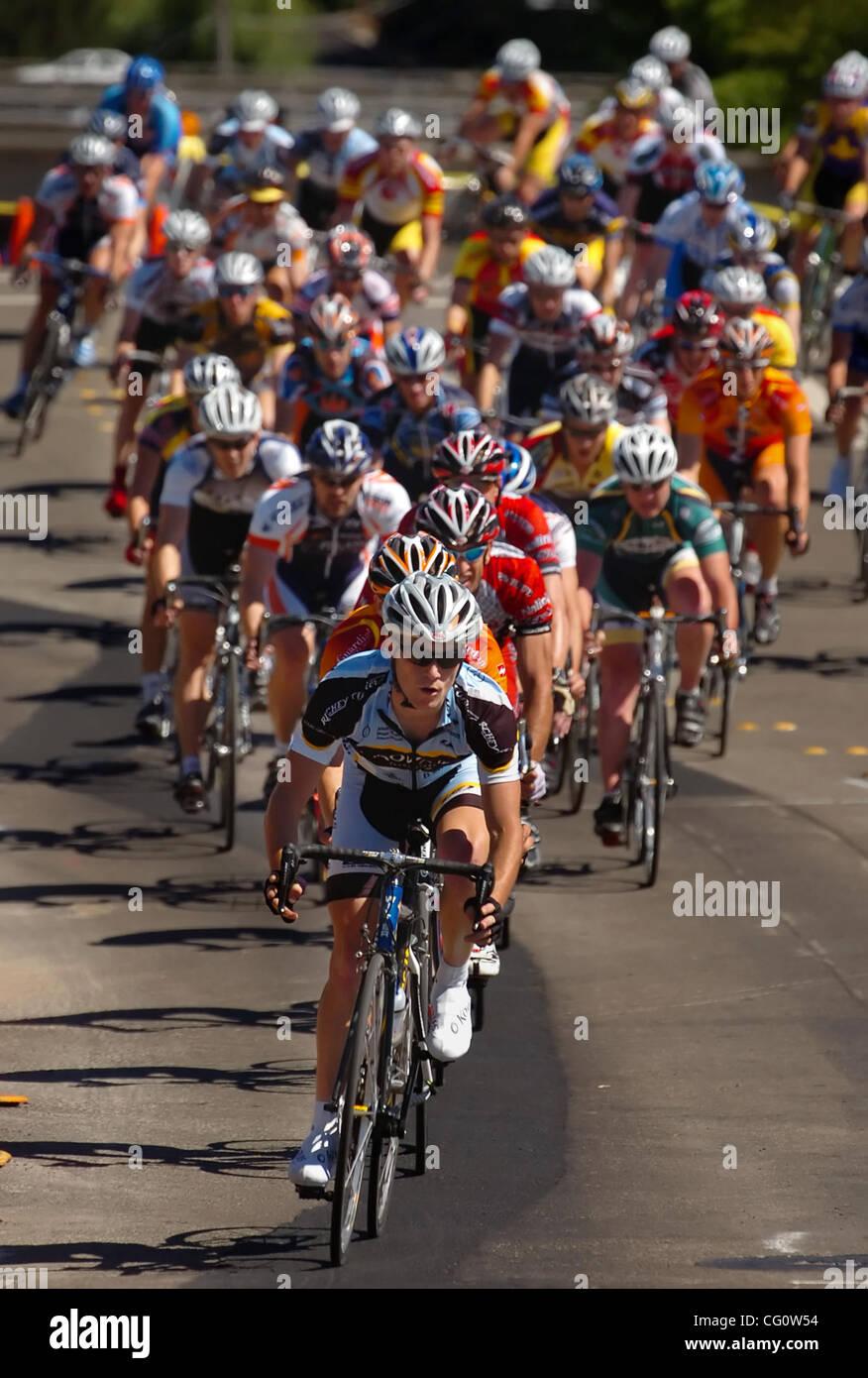 Radfahrer-Kopf nach unten 1st Street, wie sie in der Kategorie Männer Elite 3 während der dritten jährlichen Stockbild