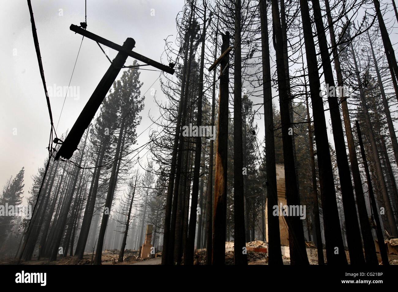 ONLINE-Beschriftung, die eine gefallene Stromleitung auffällig in der Nähe ein verbranntes Haus ausgesetzt ist. Sacramento Bee/Bryan Patrick eine gefallene Stromleitung auffällig in der Nähe ein verbranntes Haus ausgesetzt ist. Dienstag, 26. Juni 2007. Sacramento Bee/Bryan Patrick Tahoe Angora Feuer Stockfoto