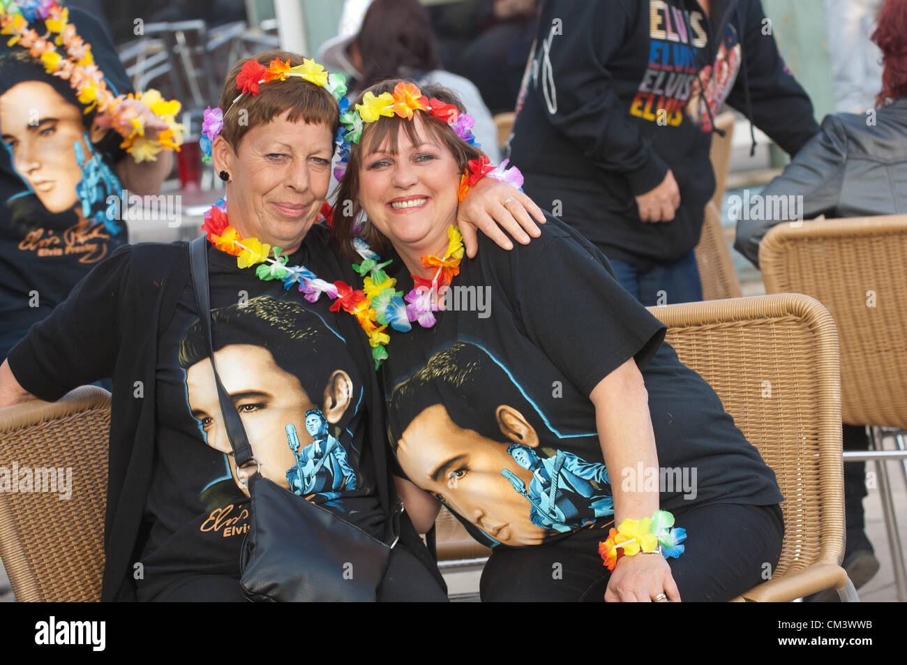 28. September 2012. Porthcawl, Großbritannien. Tausende von Elvis-Fans und Lookalikes gekleidet in Glitzer Stockbild