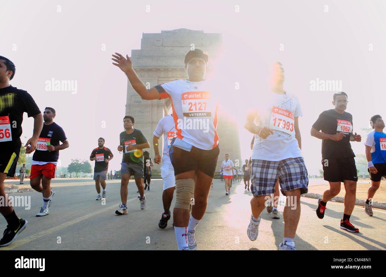 Sept. 30, Teilnahme 2012 - Neu-Delhi, Indien - Delhi-Bewohner in Neu-Delhi-Halbmarathon als sie laufen durch das Wahrzeichen New Delhi, India Gate. (Kredit-Bild: © Subhash Sharma/ZUMAPRESS.com) Stockfoto