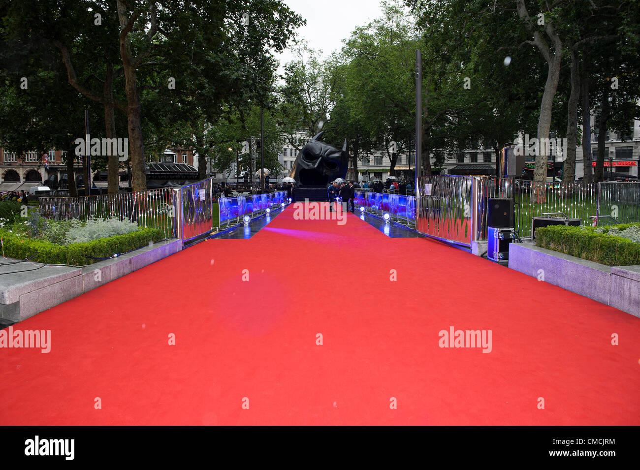 """Den roten Teppich und riesigen Batman """"Cowel"""" auf die Europäische Premiere von The Dark Knight Rises Stockbild"""