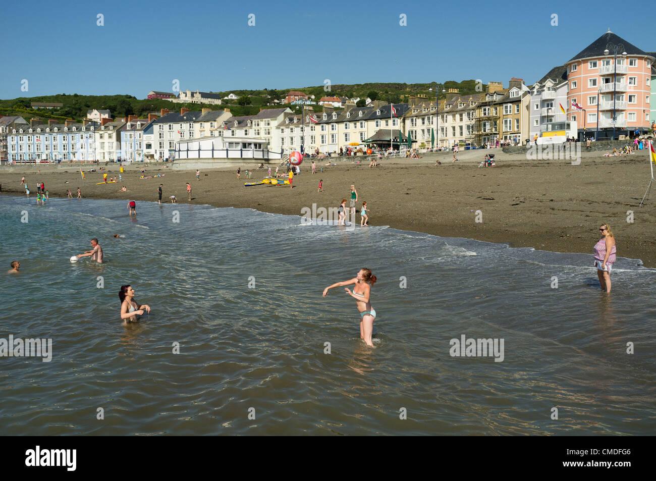 Dienstag, 24. Juli 2012. Aberystwyth, Wales, UK. Das warme Wetter weiter über das Vereinigte Königreich Stockbild