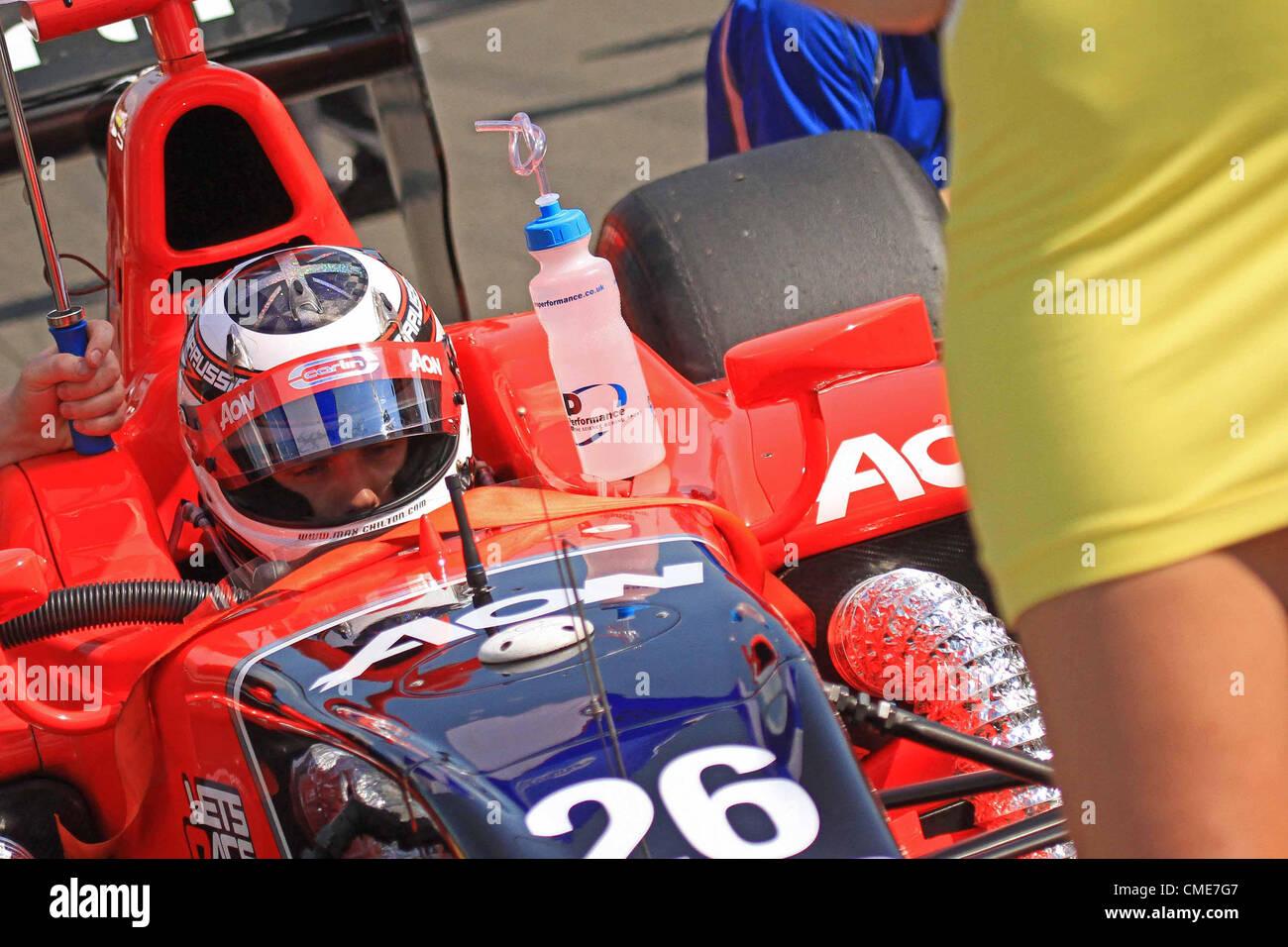 """28.07.2012: Budapest, Ungarn. FIA GP2 Motorsport.  Max Chilton in der Startaufstellung """"Augen nach unten Max"""" Stockbild"""