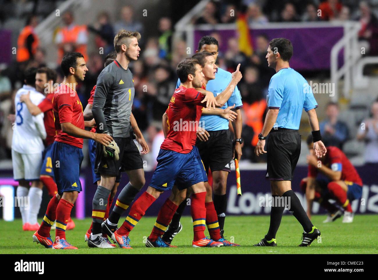 Spanien-Spieler KONFRONTIEREN Schiedsrichter Spanien V HONDURAS ST JAMES PARK NEWCASTLE ENGLAND 29. Juli 2012 Stockbild