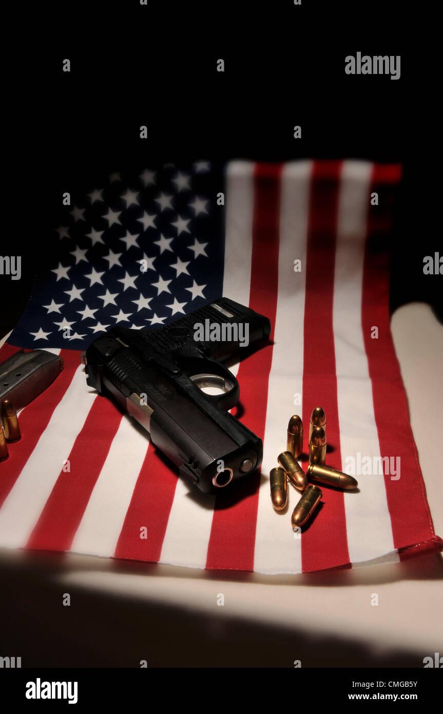 Eine Ruger 9mm Pistole mit einer amerikanischen Flagge befindet sich im Besitz amerikanischen Staatsbürger Stockbild