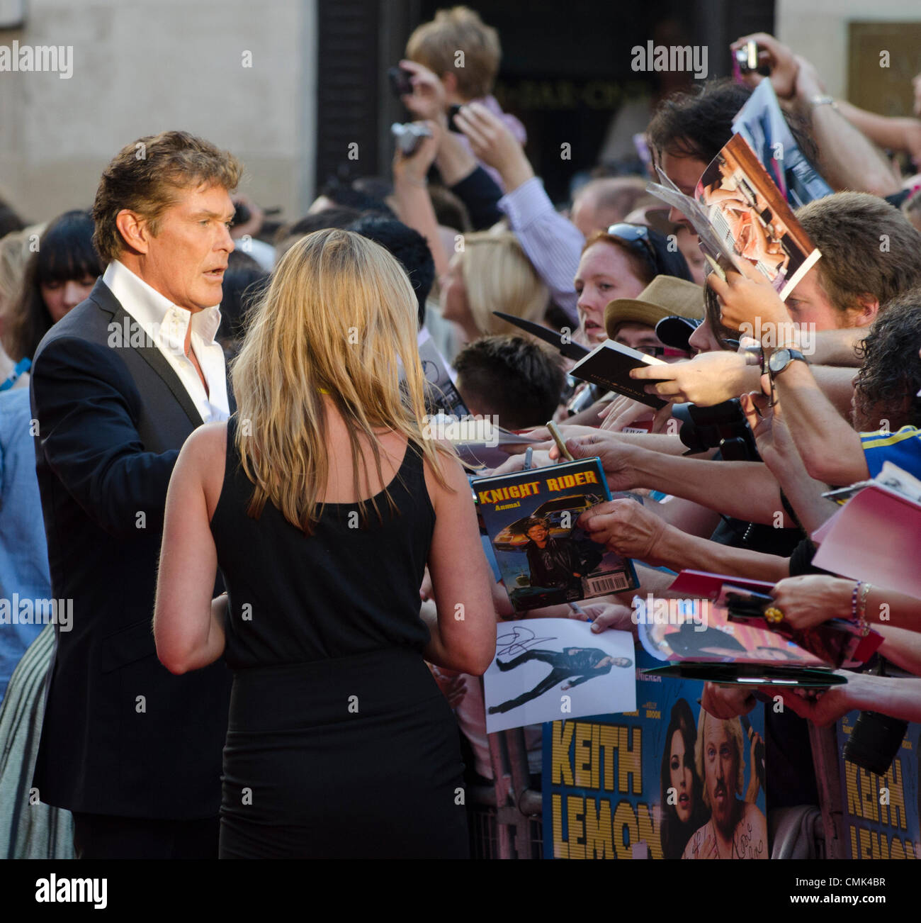 David Hasselhoff Zeichen Autogramme an Keith Lemon Film, Premiere Odeon Leicester Square in London Uk Montag, 20. Stockbild