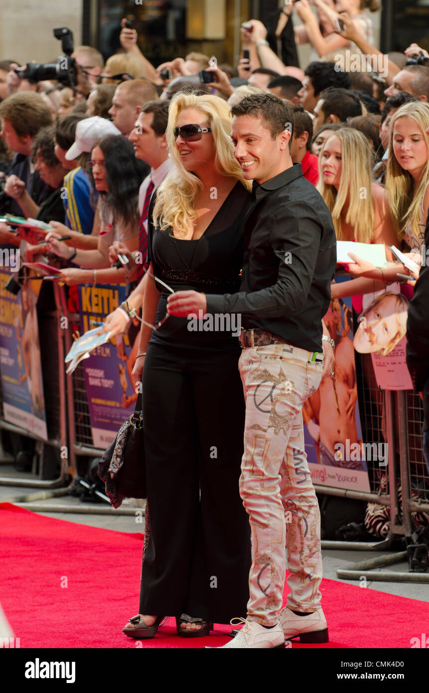 Gino D'Acampo und Frau Jessie bei Keith Lemon Film, Premiere Odeon Leicester Square in London Uk Montag, 20. Stockbild