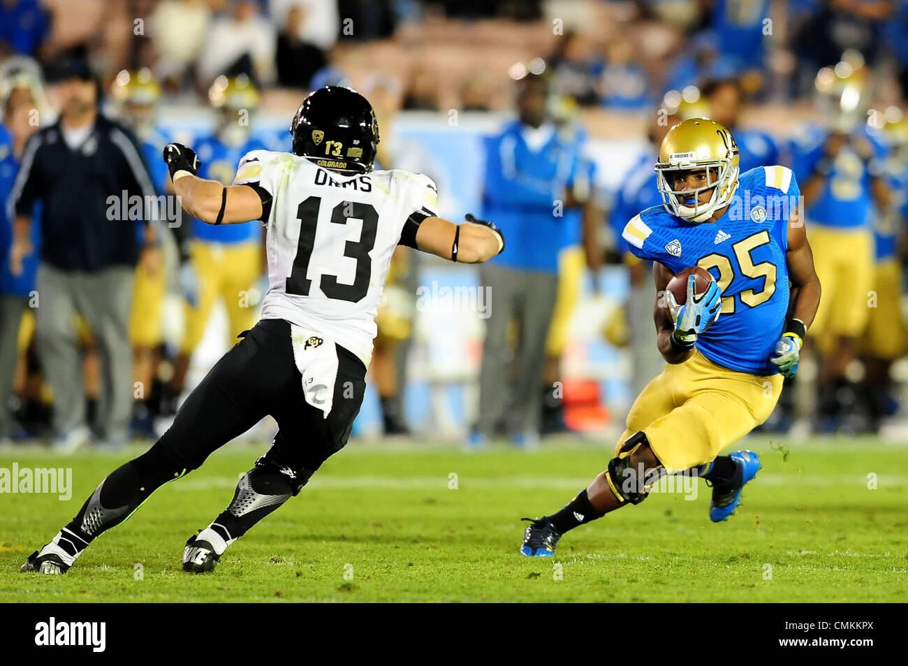Pasadena, CA, USA. 2. November 2013. UCLA Bruins Runningback Damien Thigpen #25 27 Yards für ein First Down läuft Stockfoto