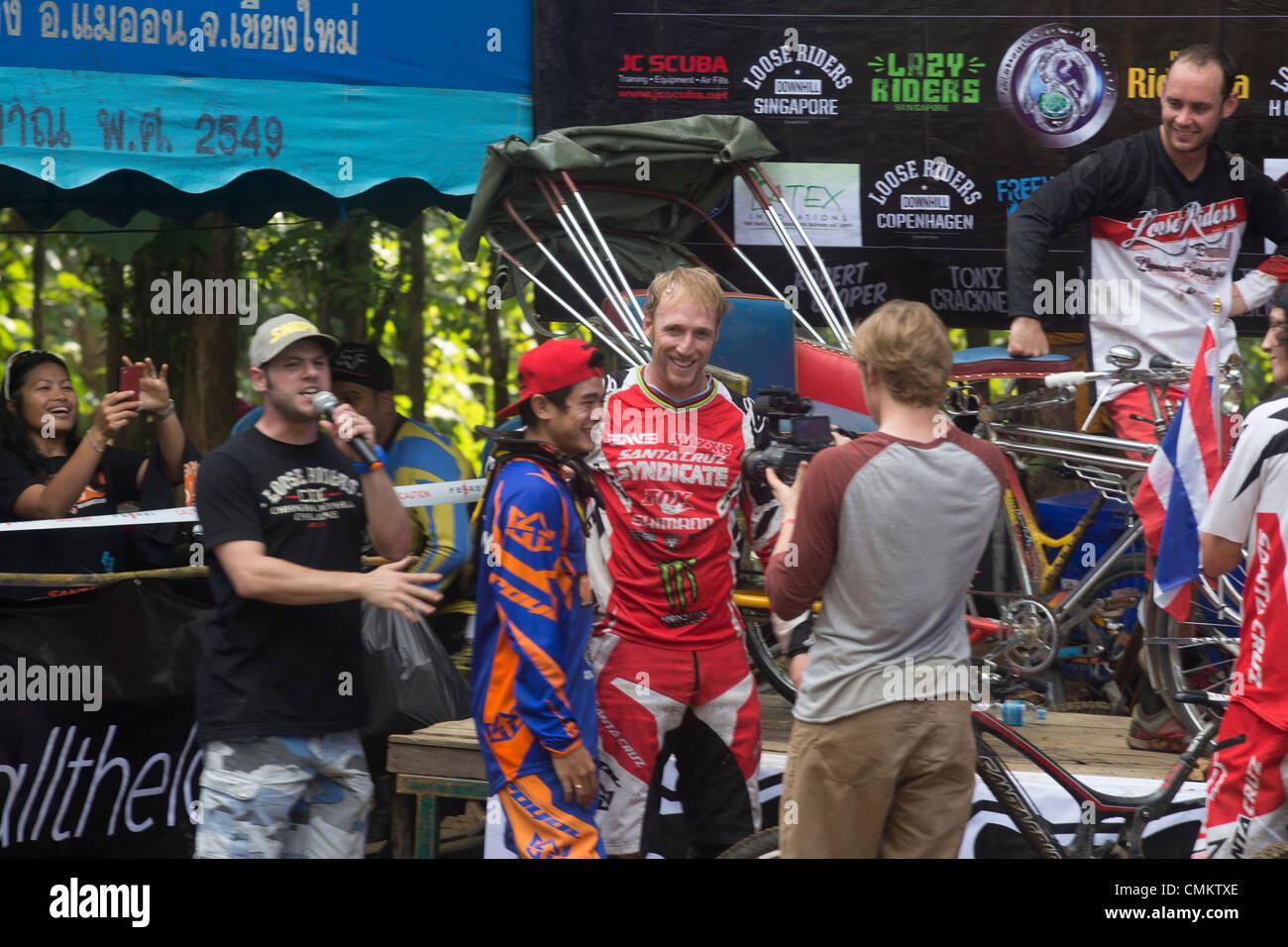 Chiang Mai, Thailand, 2. November 2013. Britische professionelle Mountainbiker Steve Peat feiert seinen Sieg bei Stockfoto