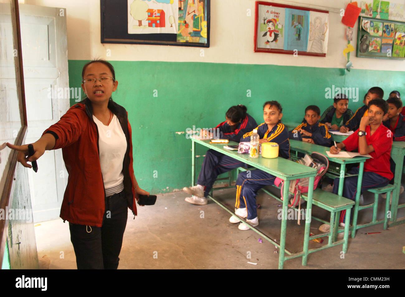Wu Lijuan aus China lehrt siebten Klasse an der englischen Preparatory School (EPS) in Kathmandu in Nepal, 25. Oktober Stockbild
