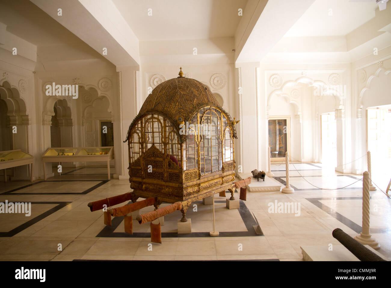 Doli (Wurf/Fahrzeug) auf dem Display, Mehrangarh Fort, Jodhpur, Rajasthan, Indien Stockbild