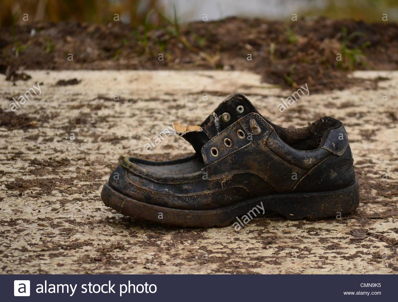 Schuh am Ufer Flusses in Cambridgeshire verloren Stockbild