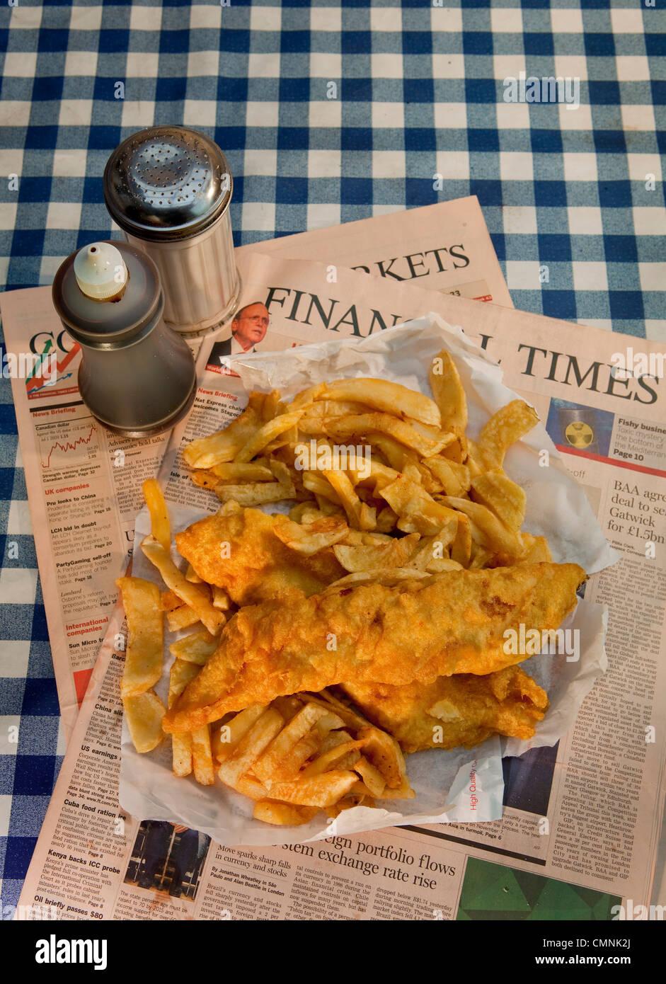 Traditionellen Fish And Chips serviert auf der Financial Times Stockbild
