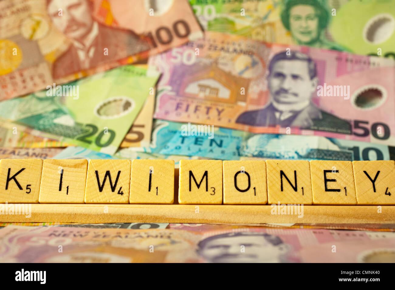 Neuseeland Währung und Scrabble Fliesen, die Rechtschreibung der Wörter Kiwi Geld. Stockbild