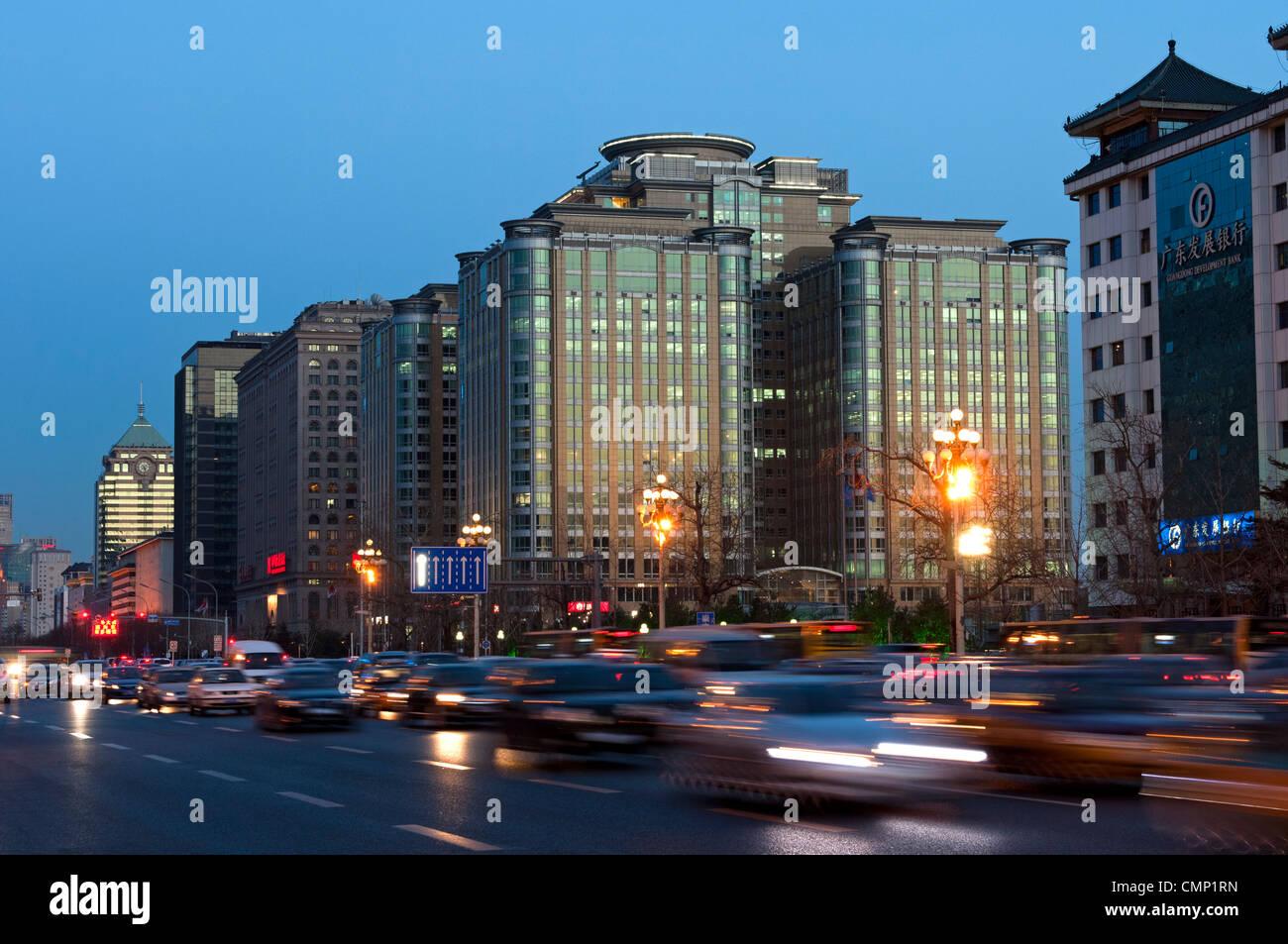 Dichten Verkehr auf der Folkloremusik Rush Hour in der Dong Chang Avenue in der Innenstadt von Peking, China Stockbild