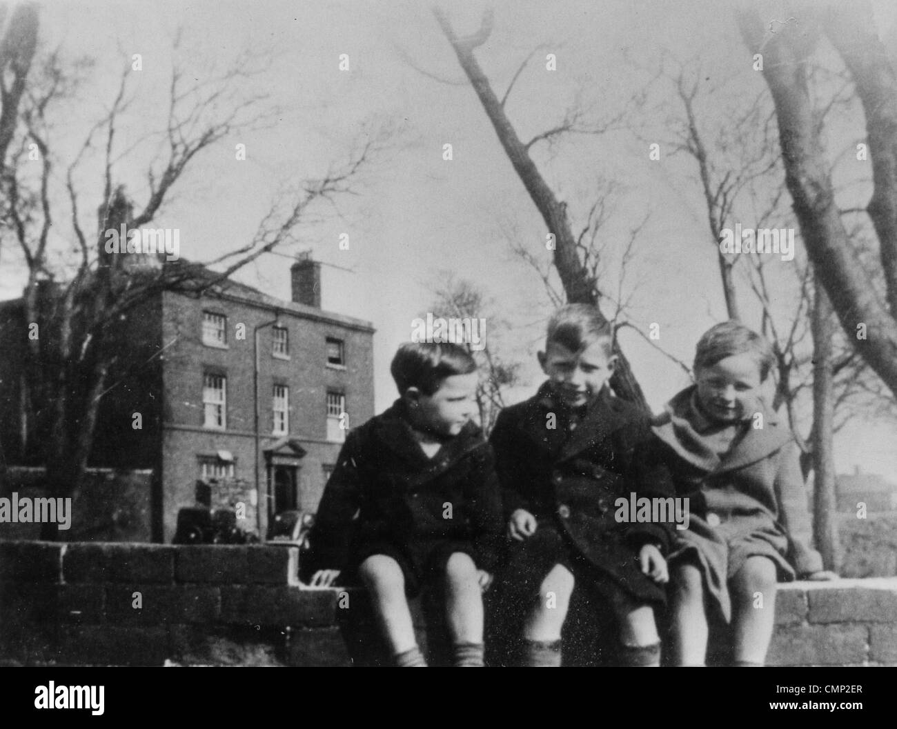 bushbury hill farm bushbury ca 1940 drei kinder sitzen auf einer mauer vor dem. Black Bedroom Furniture Sets. Home Design Ideas