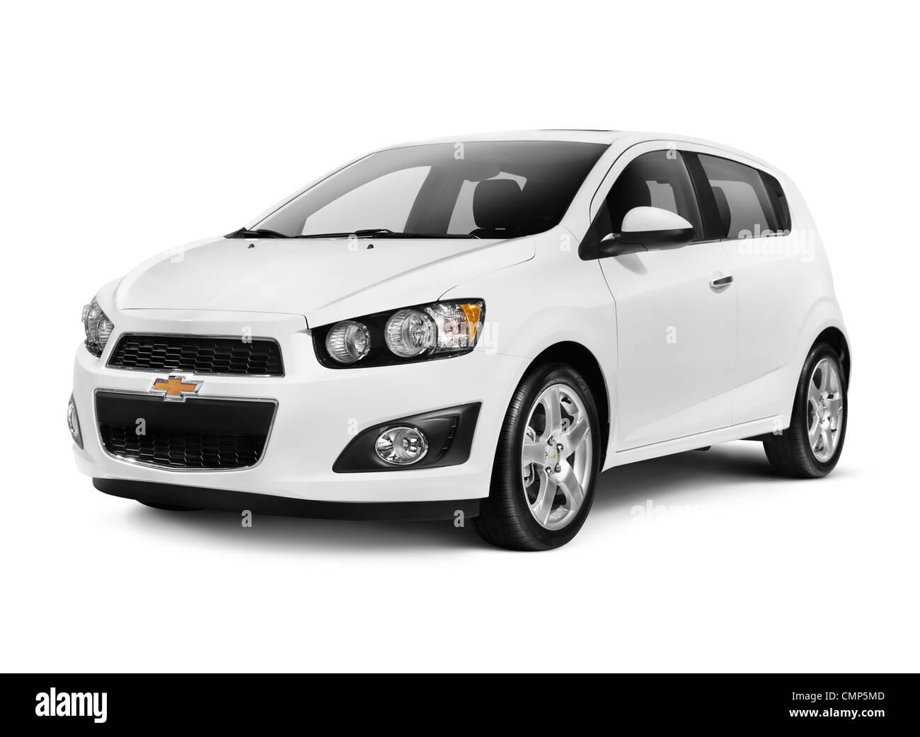 Weiß 2012 Chevrolet Sonic Lt Kleinwagen Isoliert Auf Weißem Hintergrund Mit Beschneidungspfad Stockfotografie Alamy