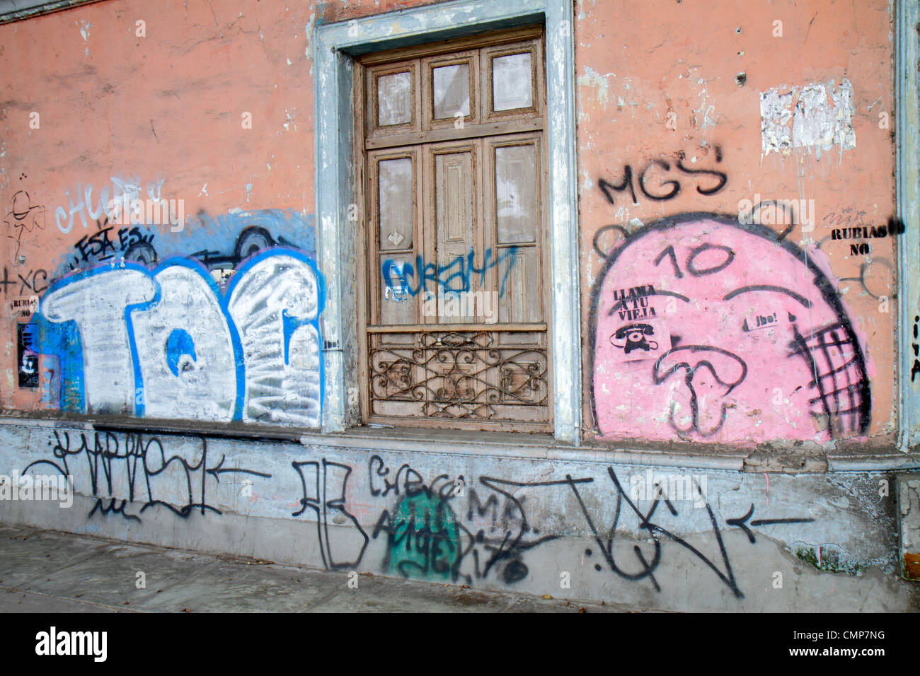Lima Peru Barranco Bezirk Avenida Pedro D'Osma Bürgersteig Außenfenster Graffiti Vandalismus städtische Stockbild