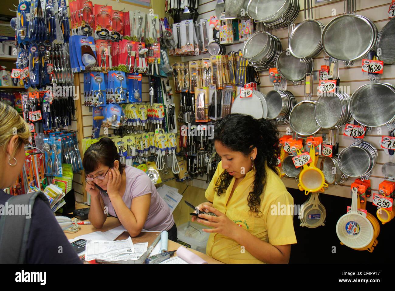 Lima Peru Surquillo Mercado de Surquillo Flohmarkt Stall Geschäft einkaufen Kochen Küche Utensil Tool Stockbild