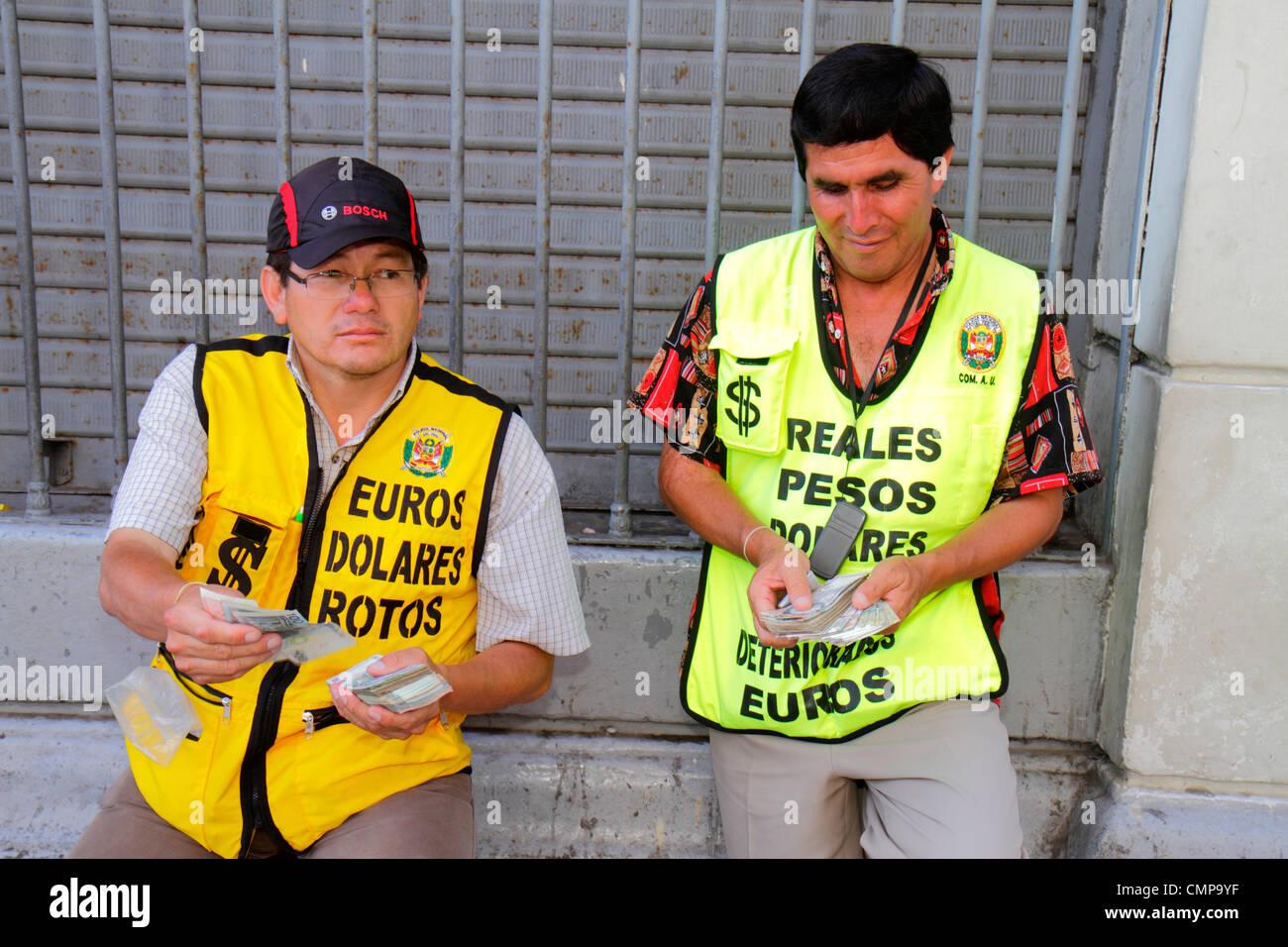 Lima Peru Jiron De La Union Geld Wechsler Währung Exchange Business Hispanic Mann Dollar Euro Peso Rechnungen Stockbild