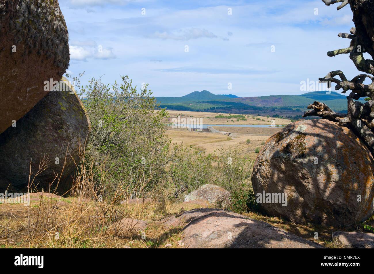 Piedrotas im Tal der Rätsel und See mit dam, umgeben von Bergen in der Nähe von Tapalpa in Jalisco, Mexiko Stockbild