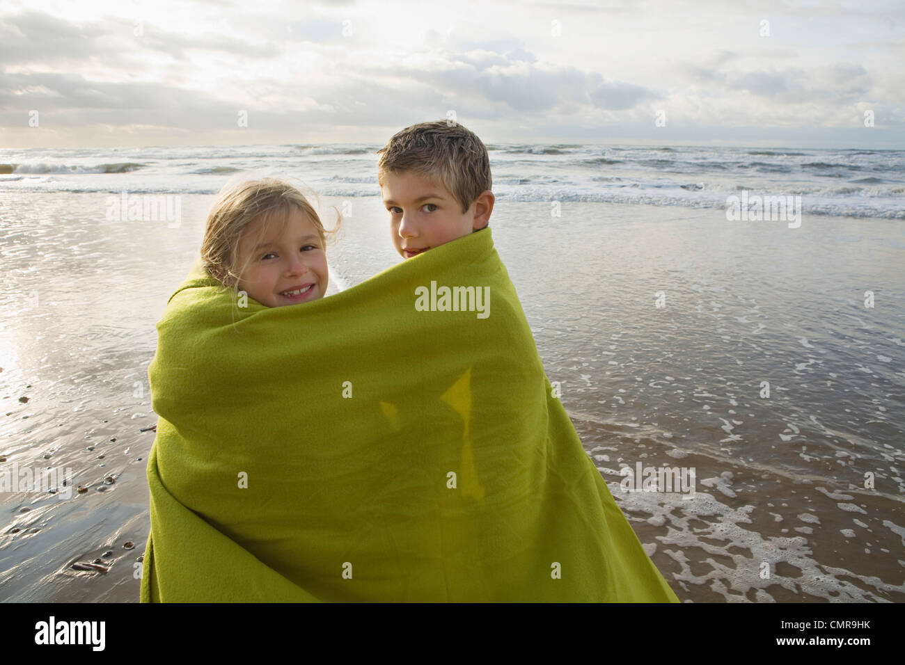 Kinder in Decke am Meer Stockfoto